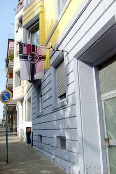Bild: Reichskriegsflagge an einem Haus  in der Pforzheimer Nordstadt  (Foto: ron)