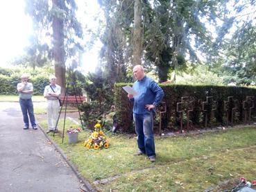 Bild: Christof Grosse (FI Pforzheim) bei seiner Rede auf den Brötzinger Friedhof (Foto.ron)