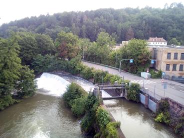 Bild: Auch kleine Nebenflüsse, hier die Nagold in PF-OT Dillweissenstein, führen nun erhebliche Wassermengen (foto:ron)