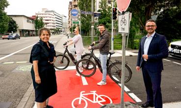 Bild: v.l.: Baubürgermeisterin  Sybille Schüssler + OB Peter Boch freuen sich über die neue sichere Querung (Foto: Stefan Baust)