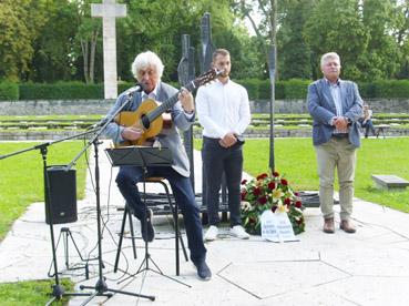 Bild: v.l.: Dieter Huthmacher, Jan Rössle, Franz Herkens bei der Kranzniederlegung am Mahnmal für die Opfer des Faschismus