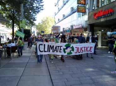 Bild: Der Demonstrationszug  der Klimaschützer in der Pforzheimer Innenstadt