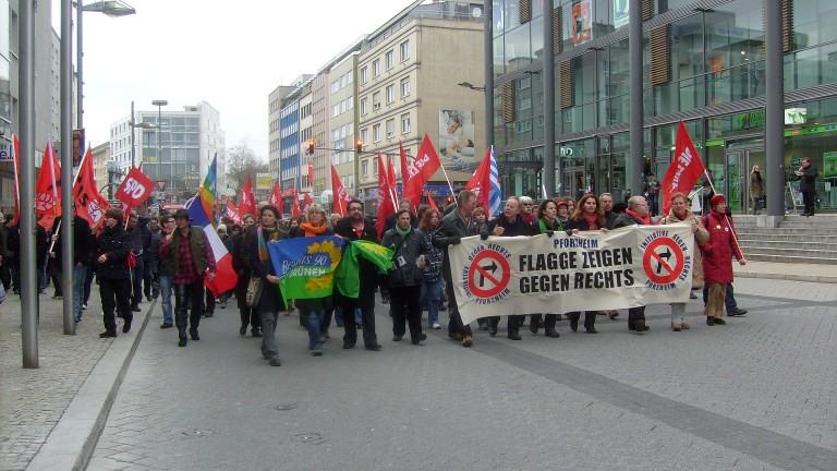 Bild: Demo am Leopoldplatz mit MdB der Linken Anette Groth (rechts)
