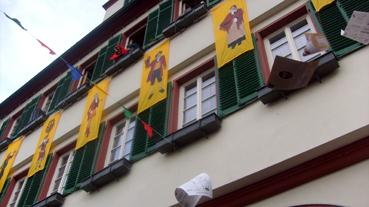 Bild: Rathaussturm in Weil  der Stadt, Akten fliegen...