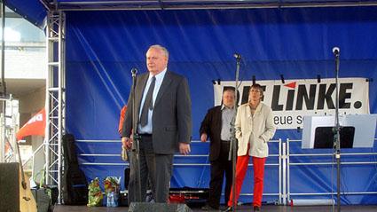 Bild: Vorn: Oskar Lafontaine, hinten: Stadtrat Claus Spohn sowie Annette Groth, MdB der Linken