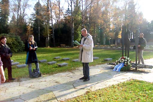 Bild: Rüdiger Jungkind, VVN Pforzheim-Enzkreis bei seiner umfassenden  Rede am Mahnmal der Opfer des Faschismus auf dem Pforzheimer Hauotfriedhof