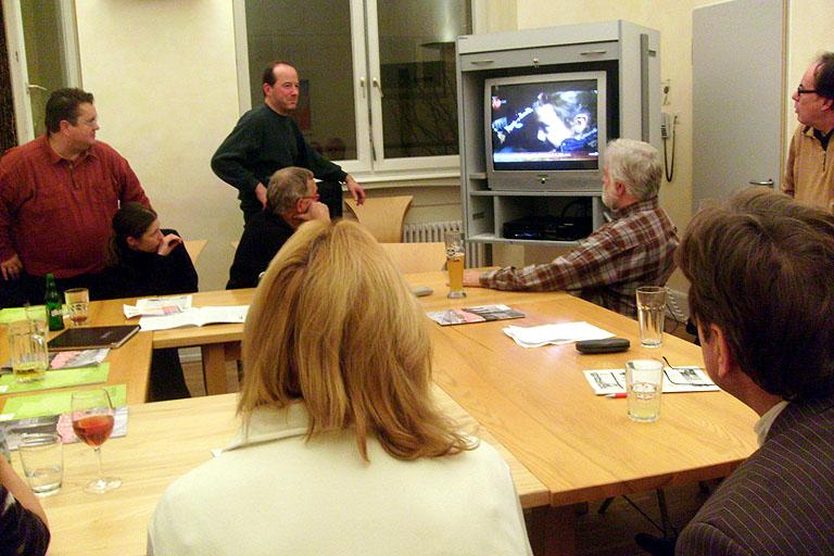 Bild: Mitte (stehend):  Kampagnenmitorganisator Klaus Wofl (Mehr Demokratie e.V.)