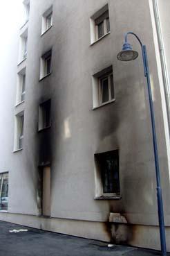 Bild: Die verrusste Hauswand zeigt die starke Wärmentwicklung des Brandes.. (Foto: Neff)