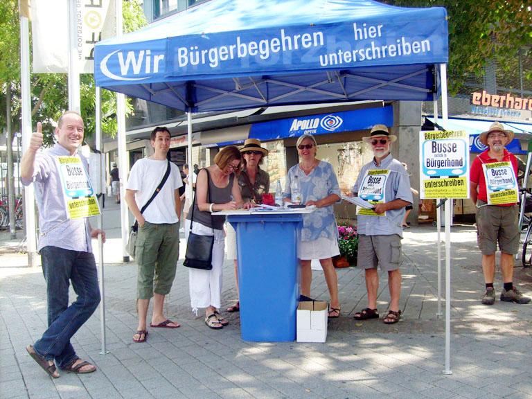 Bild: Die Aktivisten für den Bürgerentscheid am Infostand (Foto: R. Neff)