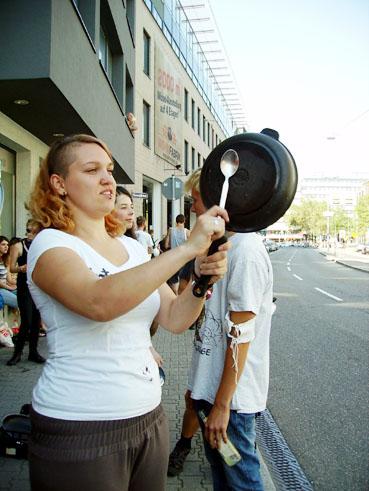 Bild: Topfschlagen gegen Rechts ... (Die Jugend rettet die Ehre der Stadt)