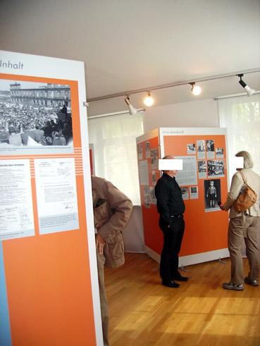Bild: Ein mutmasslicher Rassist  im Heimatmuseum?  (Foto unten, Mitte, ganz in schwarz)