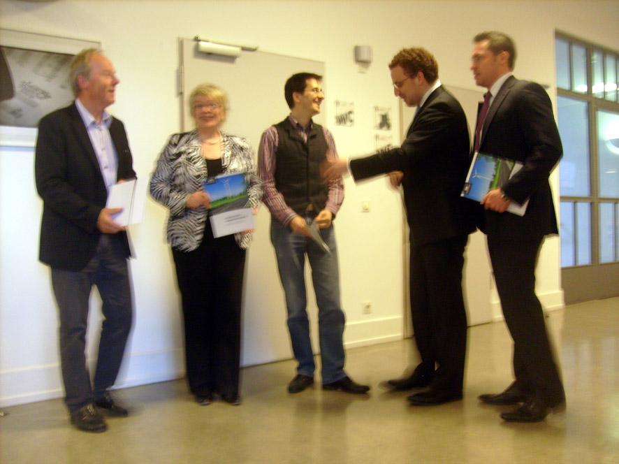 Bild: Foto v.l.: WiP-Stadtrat Wolfgang Schulz, Moderatorin Britta Schulze, WiP-Stadtrat Christoph Weisenbacher , re. der Referent Johannes Lauber von LeihDeinerStadtGeldGmbH