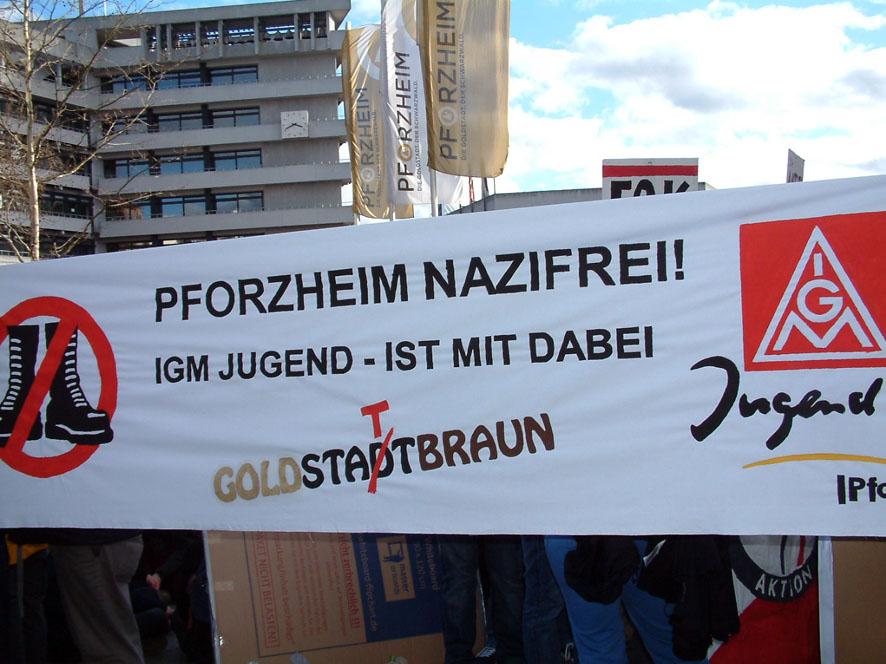 Bild: Allj�hrliche Demo in Pforzheim gegen die Fackelmahnwache des rechtsextremen FHD