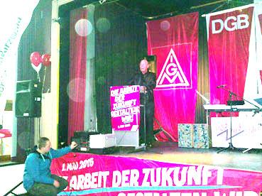 Bild: Uwe Hück am Mikrofon..