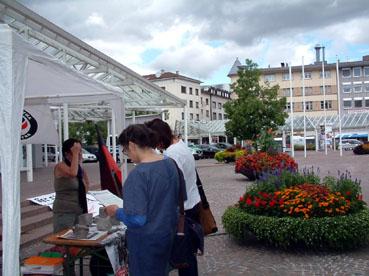 Bild: Besucher am VVN-Infotisch