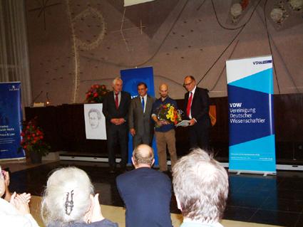 Bild: Die Preisträger mit Blumenstrauss (Foto : R. Neff)