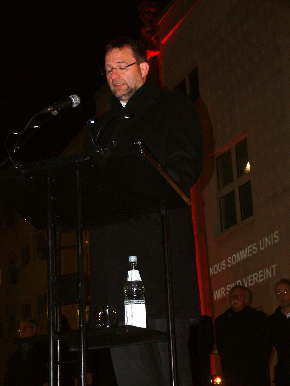 Bild: OB Gert  Hager spricht vor dem Theater in Pforzheim