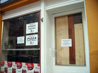 Bild: Die notdürftig gesichrte Eingangsür des Dönerimbiss in der Pforzheimer Nordstadt