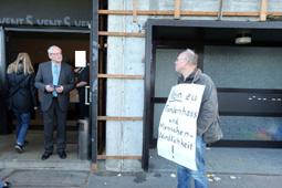 Bild: B�rgerprotest gegen AfD_Veranstaltung in Pforzheim 2015 (li.:Dr. Bernd Grimmer, AfD, MdL)
