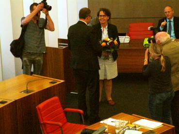 Bild: Willkommen im Club: OB Gert Hager gratuliert Sybille Schüssler zur erfolgreichen Wahl