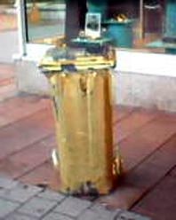 """Bild: """"Kann eine Stadt, die Mülltonnen goldig anmalt, sich deshalb als Kulturhauptstadt  bewerben?"""""""